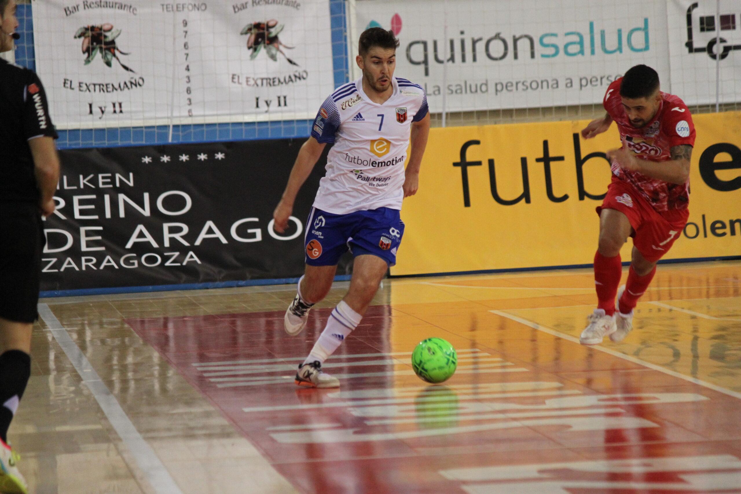 Javi Alonso controla el balón durante el partido frente a ElPozo Murcia