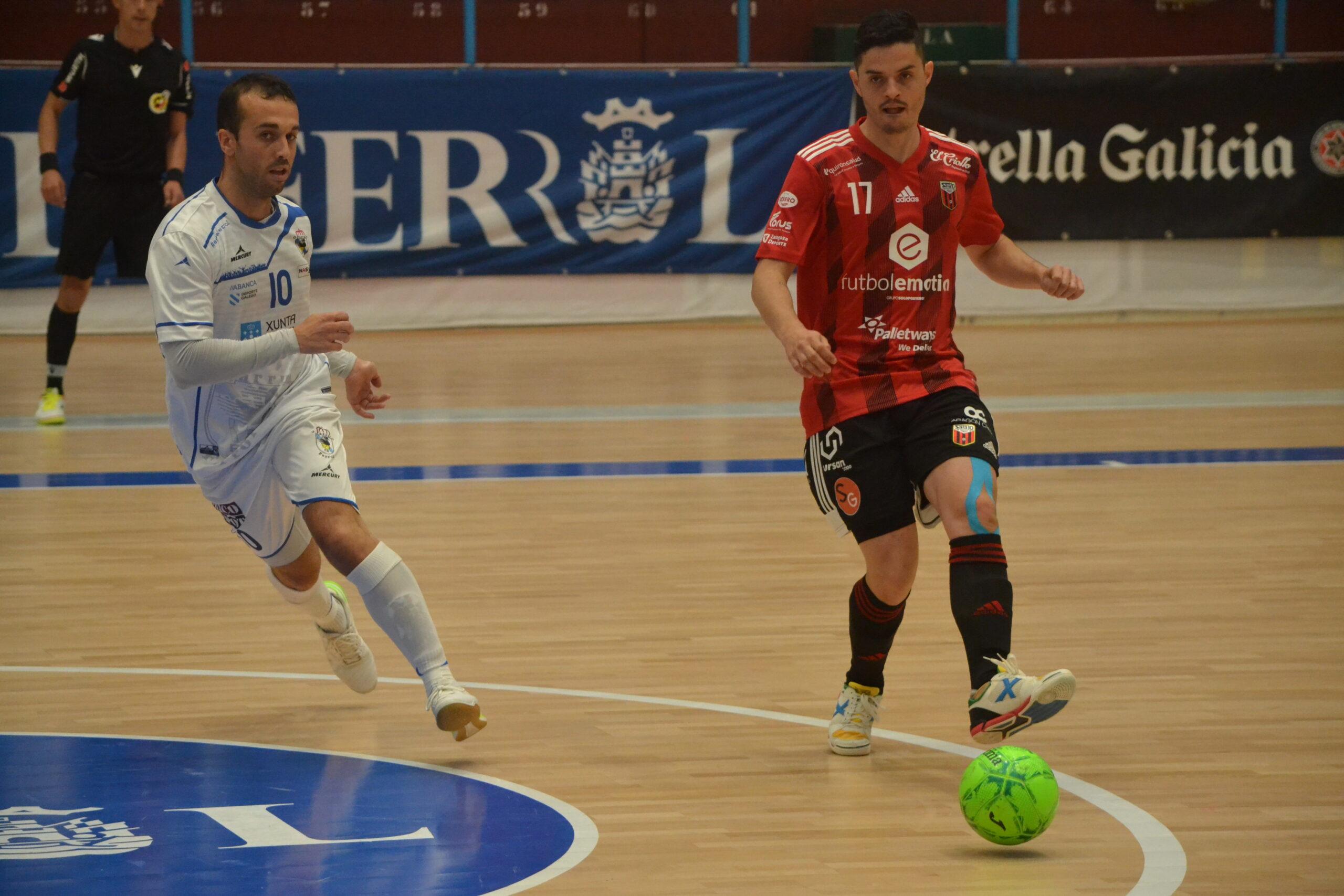 Dian Luka pasa en el partido frente al O Parrulo Ferrol